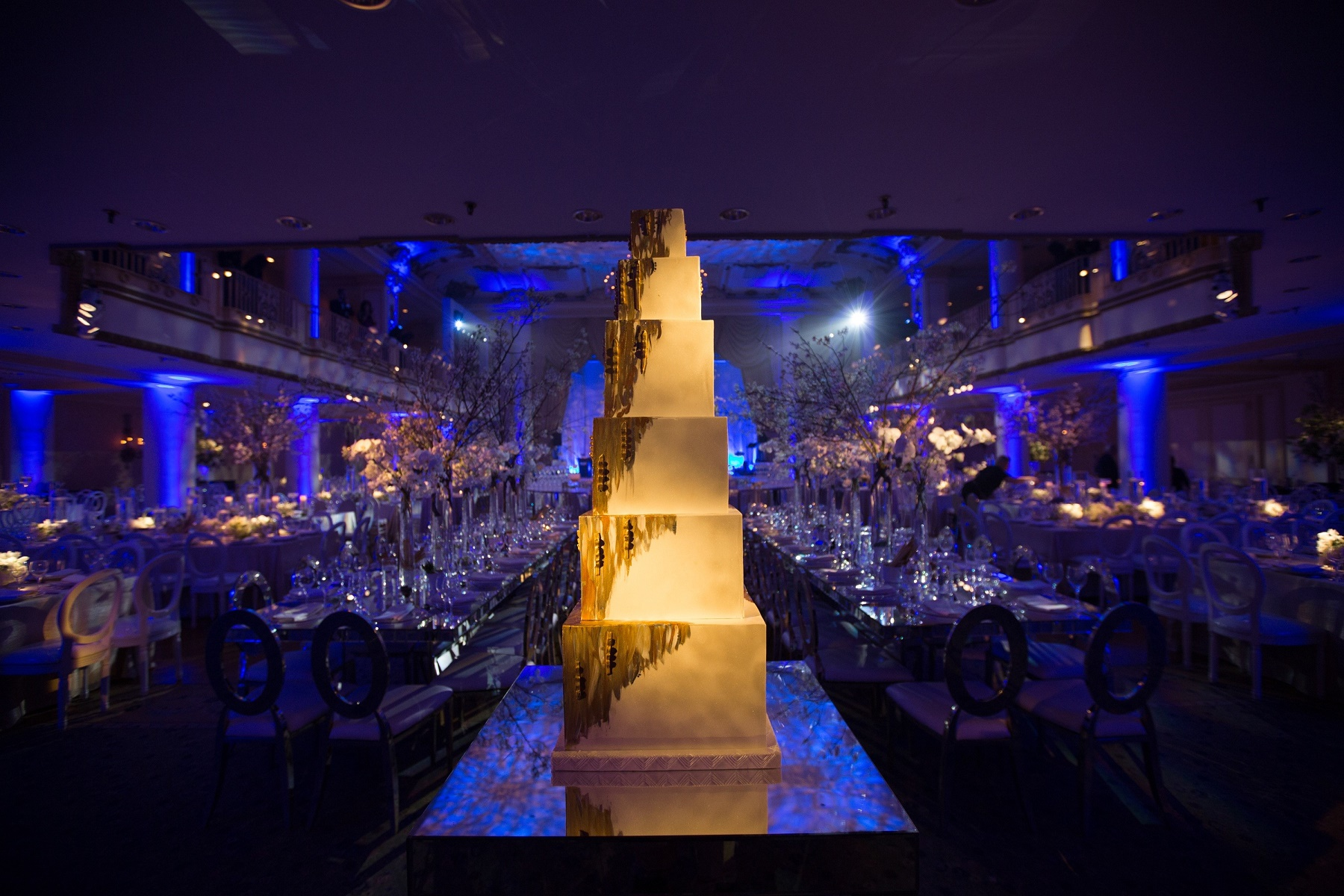 Big blue Bellevue Wedding Cake Evantine Design Cliff Mautner Photography 2
